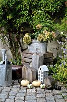 Herbstdekoration mit Hortensie, Kürbissen und Dekoelementen