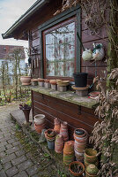 Leere Tontöpfe am Gartenhaus