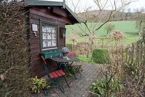 Sitzplatz am Gartenhaus im Vorfrühling