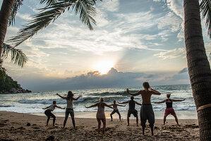 Yogastunde am Strand auf der Insel Koh Phangan, Thailand