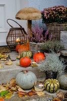 Herbstdekoration am Hauseingang, hölzerner Pilz als Dekoration