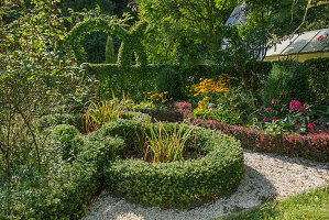 Knotengarten und kunstvoll geschnittene Hecke