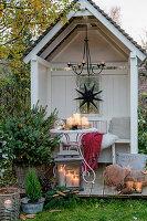 Adventliche Dekoration in der Gartenlaube