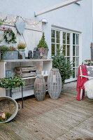 Terrasse mit Tannenbaum am weihnachtlich geschmückten Regal