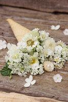Eistüte mit weißen Blüten