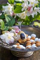 Ei mit Spitze in Silberschale mit Rhododendron-Blüten und Marzipaneiern