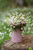 Strauß aus Maiglöckchen und Apfelblüten