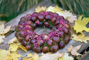 Kranz aus Kastanien und Blüten von Topferika