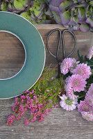 Zutaten für Herbstkranz: Feuchtsteckring, Topferika, Herbstchrysantheme und Schere