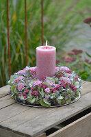 Kerzenkranz aus Hortensienblüten, Herbstchrysanthemen, Topferika und Schneebeeren