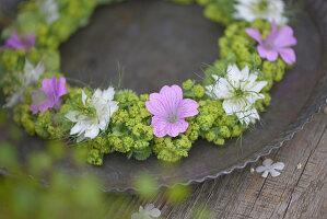Sommerkranz aus Frauenmantel, Storchschnabel und Jungfer im Grünen