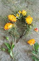 Kranz aus Rosenblüten und Gräsern binden