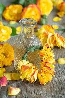 Kranz aus Blütenblättern von Rosen und Chinaschilf