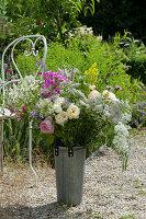 Ländlicher Strauß mit Rosen, Bischofskraut, Flammenblume, Geißraute und Feinstrahl
