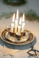Stilisierter Adventskranz mit 4 Kerzen in Plätzchenausstecher