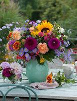 Spätsommerstrauß mit Dahlien, Rosen, Sonnenblume, Zinnien, Aster, Zieräpfeln, Knorpelmöhre, Löwenmäulchen und Fencheldolden