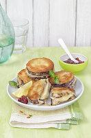 Panierte Auberginen-Schnitzel mit Käse