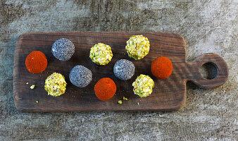Dattel-Ziegenkäse-Bällchen mit Pistazien, Mohn und Paprikapulver