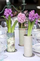 Sträuße aus Hyazinthen, Waxflower und Ginster als Tischdeko