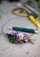 Frühlingskranz: Hyazinthenblüten, Waxflower, Mimose und Buchs mit Wickeldraht auf Drahtring binden