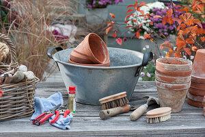 Scheren, Kleingeräte und Töpfe reinigen und pflegen, Wanne \nmit Wasser