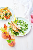 Hähnchen mit Buttermilch-Erbsen, Bloody-Mary-Salat und Garnelen-Nudelsalat