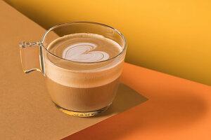 Cappuccino in Glastasse mit Latte Art in Herzform