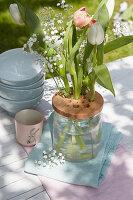 Holzscheibe mit Löchern als Steckhilfe für Osterstrauß aus Tulpen und Schleierkraut