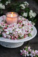 Kranz aus Apfelblüten mit Windlicht