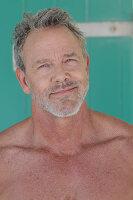 Grauhaariger Mann mit Bart