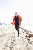 Grauhaariger Mann beim Joggen am Meer