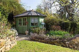 Hanggarten mit Gartenhaus und Trockenmauern