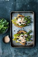 Warmes Spargel-Sandwich mit Ziegenfrischkäse und Oliven