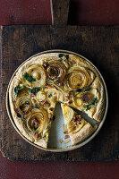 Zwiebelkuchen mit Sauerrahmguss und geräuchertem Speck