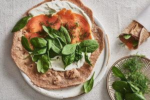 Lachs-Wrap mit Spinat und Schmand