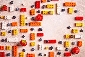 Heidelbeeren, Erdbeeren und bunte Legosteine