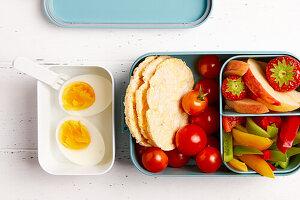 Brotzeitdose 'To Go' mit Obst, Gemüse und gekochten Eiern