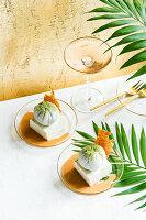 Matcha-Mochi mit Kokos-Parfait und Whiskey-Karamell-Sauce