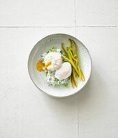 Pochierte Eier mit Spitzpaprika und Kräutercreme