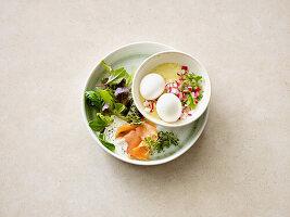 Eier im Glas mit Räucherlachs und Blattsalat