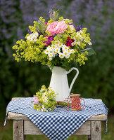Ländlicher Sommerstrauß mit Rosen, Frauenmantel, Mutterkraut, Lavendel und Bartnelken