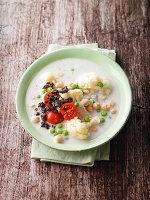 Blumenkohl-Kokos-Suppe mit Pumpernickel-Crunch