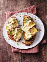 Bauernbrotschnitten mit Brokkoli, Nüssen und zweierlei Käsekruste