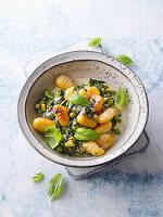 Frühlings-Gnocchi-Teller mit Erbsen, Blattspinat und Mais