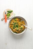 Weizen-'Risotto' mit Schinken, Mais und Erbsen