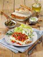 Griechischer Feta mit würzigem Topping aus Paprika und Oliven