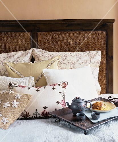 Tea tray with yeast cake on a bed