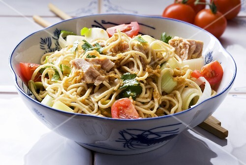 Noodle salad with tuna, leek and tomatoes (Asia)