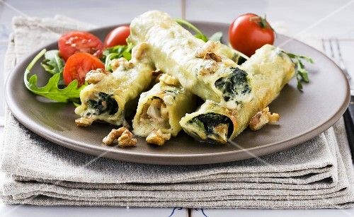 Cannelloni filled with spinach, roquefort and walnuts
