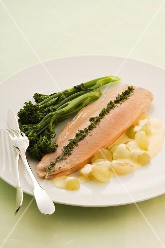 Trout veronique with grape sauce and broccoli